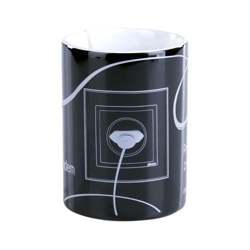 czarny kubek z nadrukiem